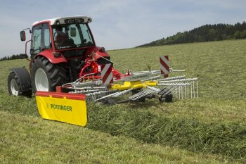 Jednorotorový shrnovač při práci - ideální pro malé farmy s pozemky s malou výměrou