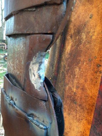 Zde příklad nevhodného podvaření plazů. Obsluha použila stará vyřazená listová péra - ta ráda praskají a následně ve sváru hrozí odtržení či ztráta. Další chybou je nepodvaření plazu do oblouku. Zde je pak místo, kde se hromadí hmota (hlína se hrne pod lištou)