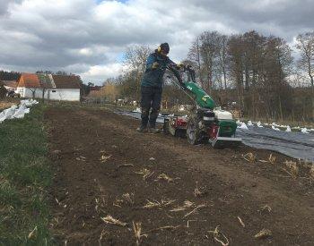 Na fotografii můžeme vidět vychýlená řídítka, obsluha tak nemusí chodit po upravené půdě, zdroj foto - Pavel Měska