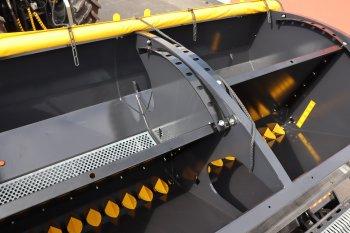 Velkokapacitní zásobník je rozdělen na části pro osivo a hnojivo. Zdroj foto - Milan Jedlička