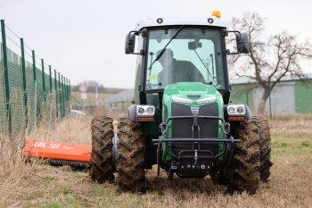 K mulčování travního porostu kolem plotů, ohrad a posedů využívají na Farmě Doupov speciální traktor Ferrari Vega L80 se svahovým mulčovačem s bočním posunem a náklonem Agrimaster XL 180 Super. Zdroj foto - Milan Jedlička