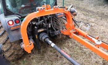 Pohon žacího mulčovacího ústrojí je od traktoru realizován prostřednictvím kloubové hřídele. Zdroj foto - Milan Jedlička