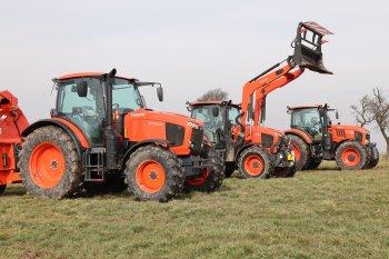 Traktor (M6 - uprostřed) může být osazen čelním nakladačem, jehož výrobcem poprvé není Kubota, nýbrž francouzská firma MX. Zdroj foto - Milan Jedlička