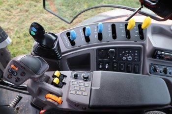 V loketní opěrce je integrován multifunkční joystick. Zdroj foto - Milan Jedlička