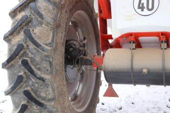 Náprava postřikovače je vybavena vzduchovými brzdami a pneumatikami o rozměru 16,9 x 38. Zdroj foto - Milan Jedlička