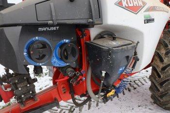 Všechny funkce postřikovače lze ovládat v takzvané pracovní zóně, kde se nachází dva ruční ventily a přimíchávací zařízení pro látky. Zdroj foto - Milan Jedlička