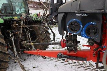 Postřikovač je k traktoru připojen přes spodní oj, volit lze i mezi mechanicky nebo hydraulicky naváděnou ojí, která minimalizuje poškození porostů zejména při otáčení na souvratích.  Zdroj foto - Milan Jedlička