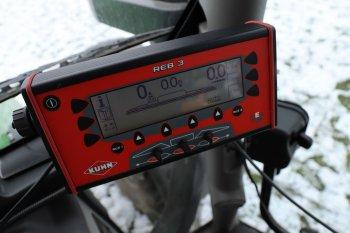 Ovládání funkcí postřikovače, jako je regulace dávky na hektar, majitel ovládá přes terminál Kuhn REB3.  Zdroj foto - Milan Jedlička