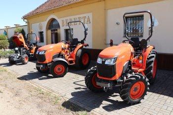 Traktory řady L1 mají v základní výbavě mechanický tempomat pro nastavení konstantní pojezdové rychlosti, tříbodový závěs, vývodovou hřídel s 540 ot/min, zadní dvouokruhovou hydrauliku a ochranný rám. Ve vývoji je i čelní vývodová hřídel. Za příplatek je zde originální čelní nakladač Kubota.  Zdroj foto - Milan Jedlička